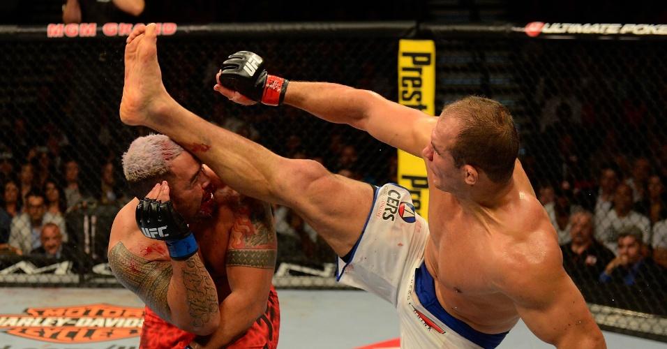 25.mai.2013 - Cigano acerta um chute no rosto de Mark Hunt e garante a vitória no UFC 160