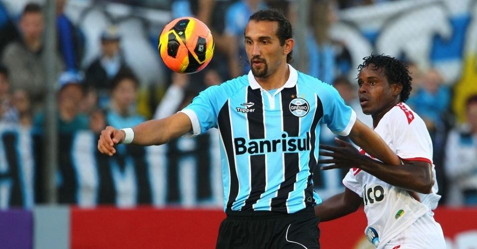 26.mai.2013 - Barcos protege a bola na partida entre Grêmio e Náutico pelo Campeonato Brasileiro