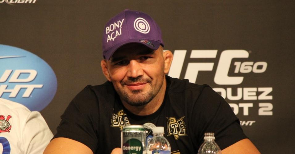 26.mai.2013 - Brasileiro Glover Teixeira concede entrevista coletiva após o UFC 160, em Las Vegas, onde venceu James Te Huna