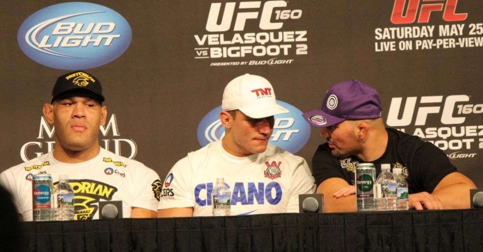 26.mai.2013 - Brasileiros Antonio Pezão (esq.), Junior Cigano (centro) e Glover Teixeira (dri.) conversam durante a coletiva de imprensa do UFC 160, em Las Vegas
