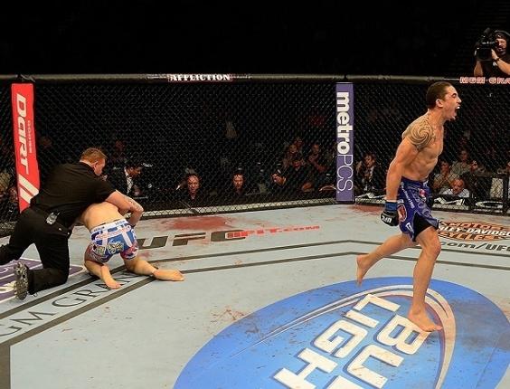 26.mai.2013 - Com Colton Smith, o lutador Robert Whittaker comemora a vitória durante o UFC 160, em Las Vegas