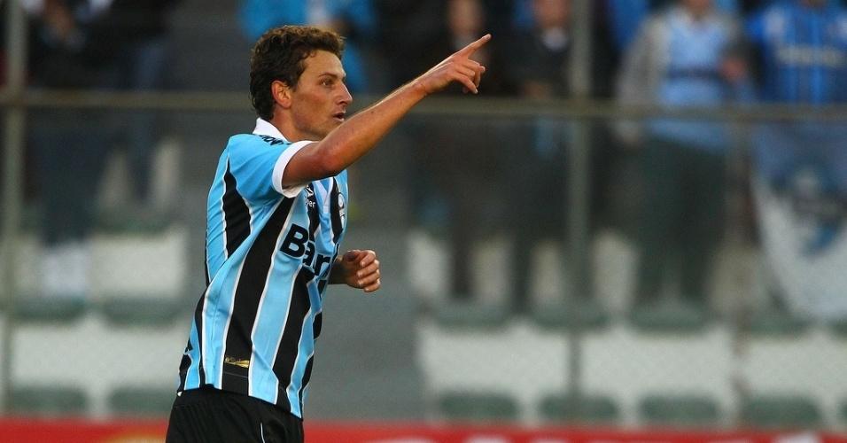 26.mai.2013 - Elano comemora segundo gol do Grêmio contra o Náutico pelo Brasileirão