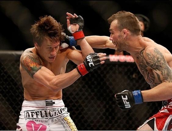 26.mai.2013 - George Roop ataca Brian Bowles em uma das lutas do UFC 160, em Las Vegas