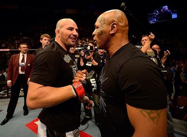 26.mai.2013 - Glover Teixeira é cumprimentado pelo ex-lutador de boxe Mike Tyson após vencer James Te-Huna no UFC 160