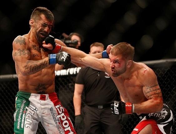 26.mai.2013 - Jeremy Stephens acerta soco em Estevan Payan durante luta no UFC 160, em Las Vegas