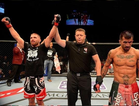 26.mai.2013 - Jeremy Stephens é declarado o vencedor na luta contra Estevan Payan no UFC 160, em Las Vegas