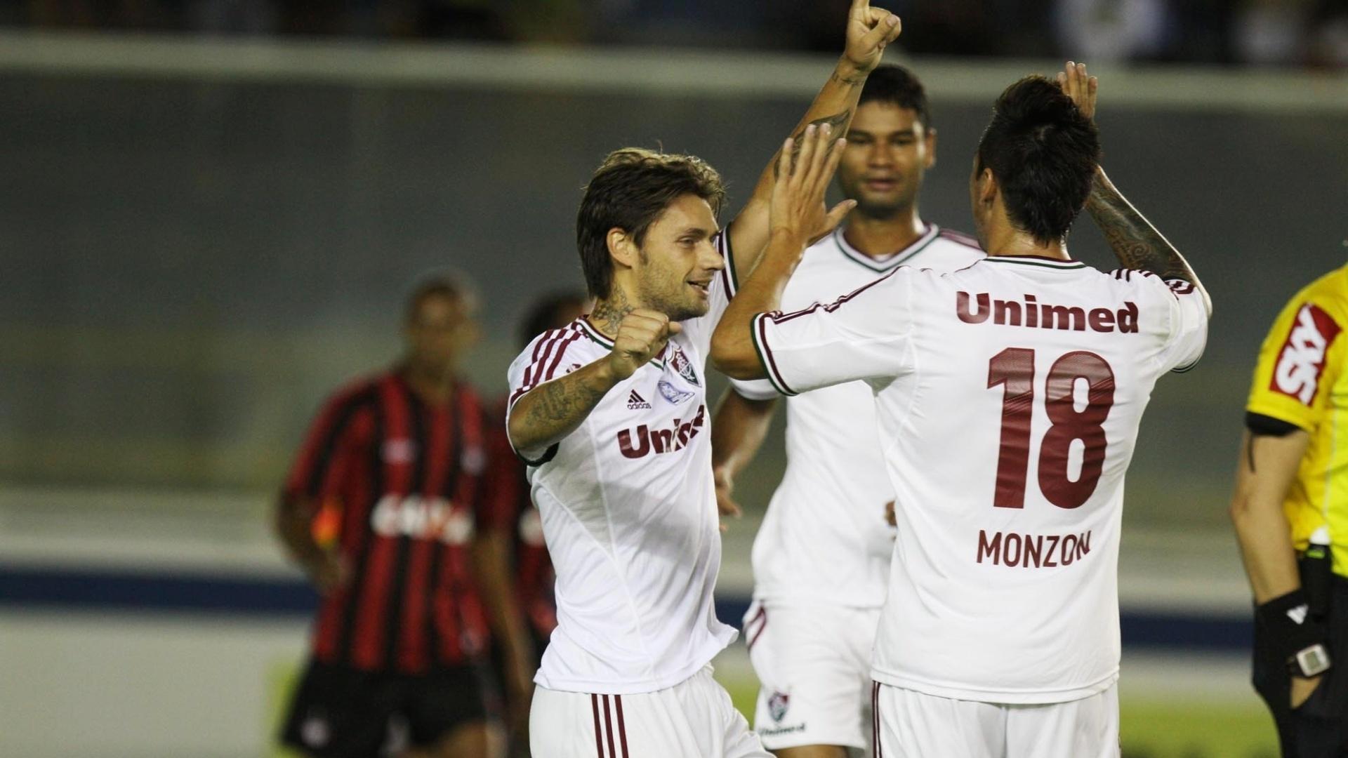 26.mai.2013 - Jogadores do Fluminense comemoram gol contra o Atlético-PR