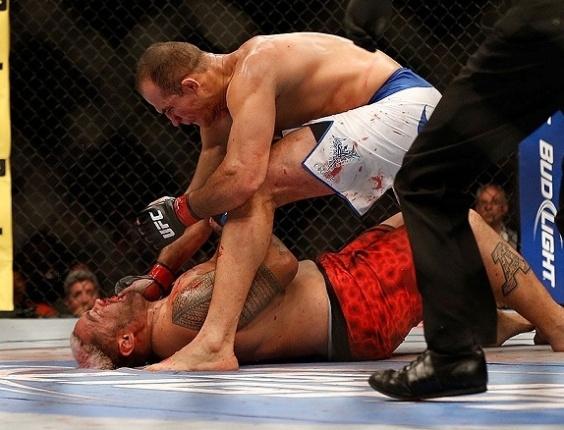 26.mai.2013 - Junior Cigano acerta soco em Mike Hunt já caído para sacramentar a vitória no UFC 160, em Las Vegas