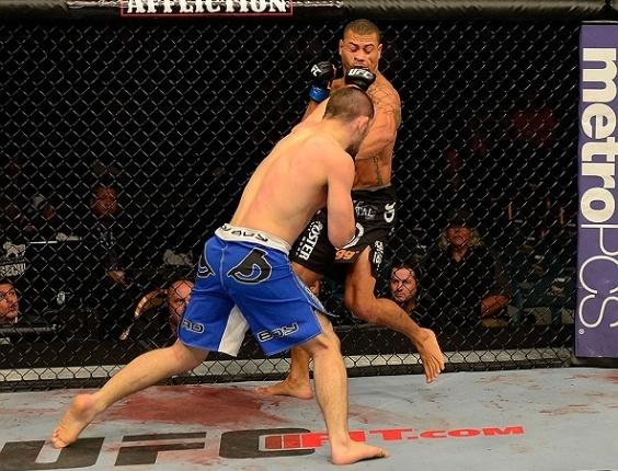 26.mai.2013 - Khabib Nurmagomedov (de calção azul) acerta soco no adversário Abel Trujillo em luta do UFC 160, em Las Vegas