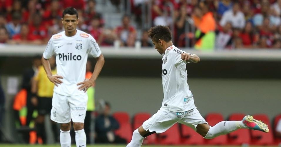 26.mai.2013 - Neymar bate falta na partida entre Santos e Flamengo pelo Brasileirão