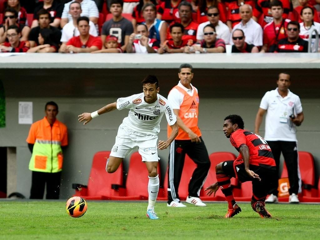 26.mai.2013 - Neymar dribla Luiz Antonio na partida entre Santos e Flamengo pelo Campeonato Brasileiro