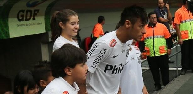 26.mai.2013 - Neymar entre em campo para sua despedida com a camisa do Santos contra o Flamengo
