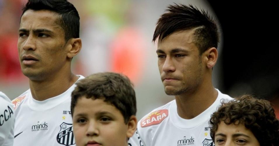 26.mai.2013 - Neymar se emociona ao escutar hino do Brasil antes da partida entre Santos e Flamengo pelo Campeonato Brasileiro