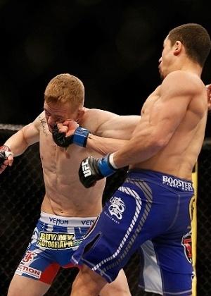 26.mai.2013 - Robert Whittaker acerta em cheio o rosto de Colton Smith durante o UFC 160, em Las Vegas