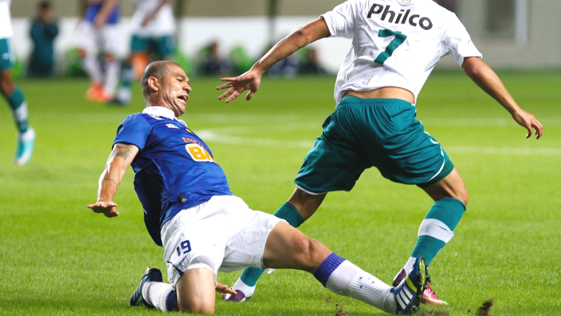 Volante Nilton durante a goleada do Cruzeiro sobre o Goiás, por 5 a 0, no Independência (26/5/2013)