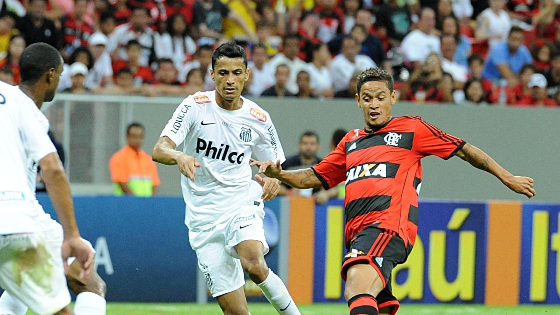 26.mai.2013 Carlos Eduardo (d) participa de disputa de bola durante a partida contra o Santos na estreia do Flamengo no Brasileiro