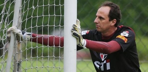 27-05-2013 - Rogério Ceni faz aquecimento depois de ficar afastado dos treinamentos