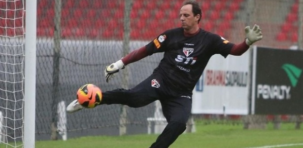 27-05-2013 - Rogério Ceni repõe bola após longo tempo sem treinar por dores no pé direito