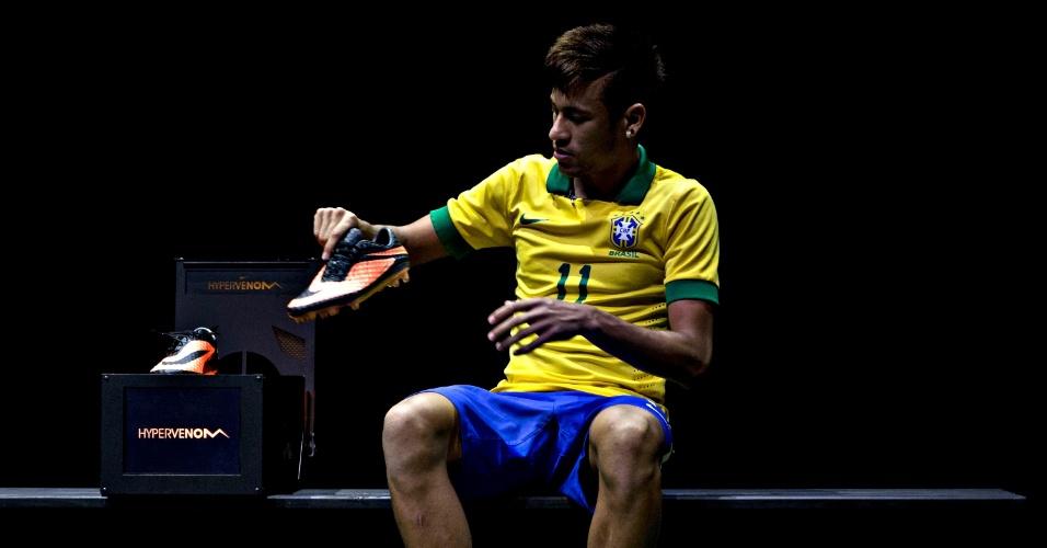 28 05 2013   Neymar Retira A Sua Nova Chuteira  Laranja  De Uma Caixa