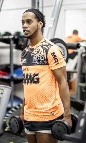 28/05/2013 - Ronaldinho Gaúcho se exercita na academia do Atlético-MG na Cidade do Galo