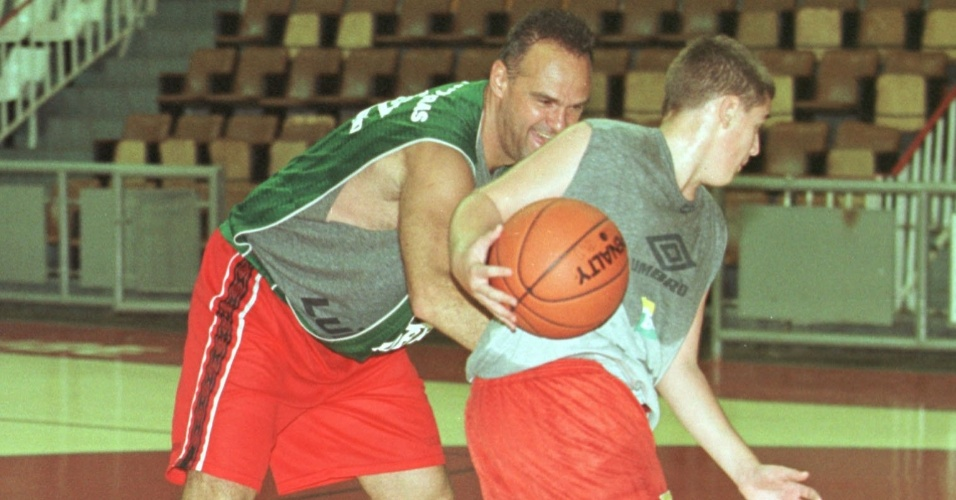 28.jan.2000 - Oscar Schmidt, ainda nos tempos de jogador de basquete, brinca com o filho e parceiro de time Felipe durante treino do Flamengo