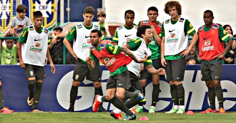 29.05.2013 - Daniel Alves e Marcelo se esforçam e puxam a fila da seleção em um exercício físico