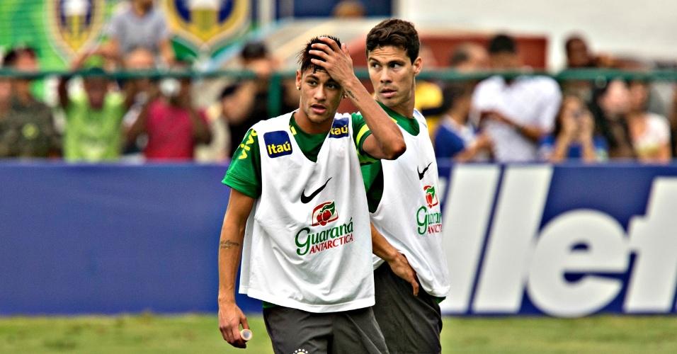 29.05.2013 - Neymar ajeita o cabelo durante o treino da seleção brasileira na Urca, no Rio de Janeiro, acompanhado de perto pelo meia Hernanes