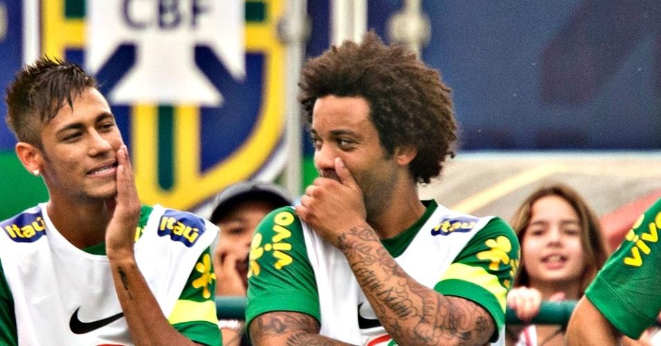 29.05.2013 - Neymar e Marcelo batem papo durante o primeiro treino da seleção brasileira no Rio de Janeiro, na preparação para a Copa das Confederações