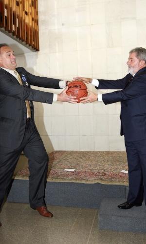 29.abr.2008 - Ex-jogador de basquete Oscar Schmidt brinca com o presidente Luiz Inácio Lula da Silva durante encontro dos dois no Palácio Itamaraty, em Brasília. Lula presenteou Oscar com a Grã-Cruz da Ordem do Rio Branco