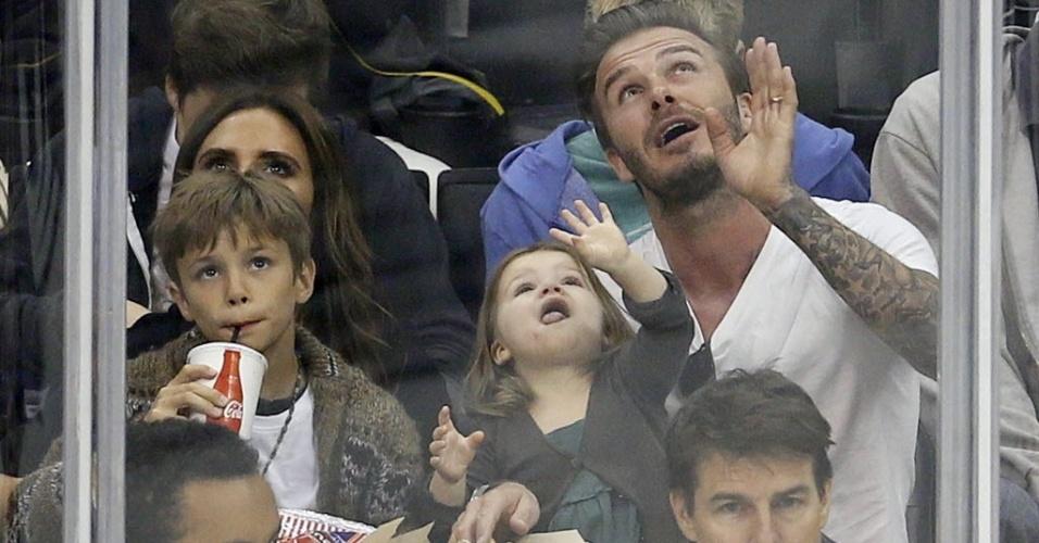 29.mai.2013 - David Beckham acompanha a partida de hóquei no gelo, em Los Angeles, com sua família