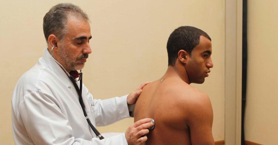 29.mai.2013 - Lucas realiza exame médico no primeiro dia de preparação da seleção brasileira para a Copa das Confederações