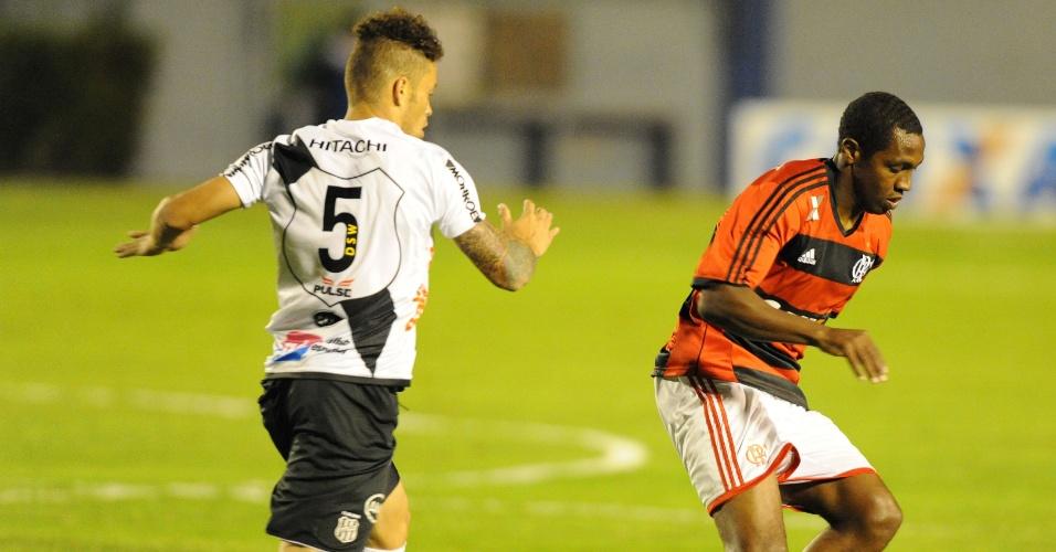 29.maio.2013 -  Meia Renato Abreu, do Flamengo, domina a bola de costas e recebe a marcação de Baraka, volante da Ponte