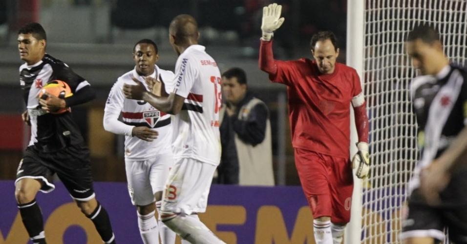 29.maio.2013 - Rogério Ceni se desculpa após falha bizarra no gol do Vasco, no Morumbi
