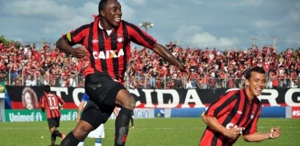 Manoel comemora seu gol no empate do Atlético-PR diante do Cruzeiro