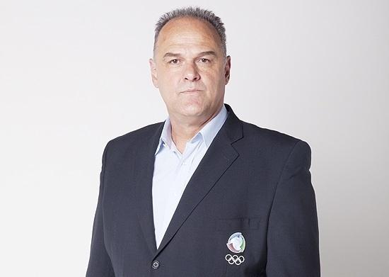 Oscar Schmidt posa como comentarista oficial de basquete da Rede Record (2012)