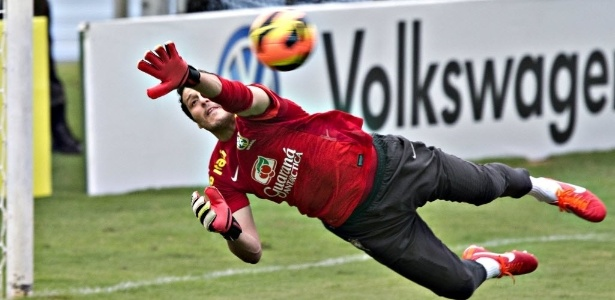 Júlio César treina com bola da Nike, que não será utilizada na Copa das Confederações