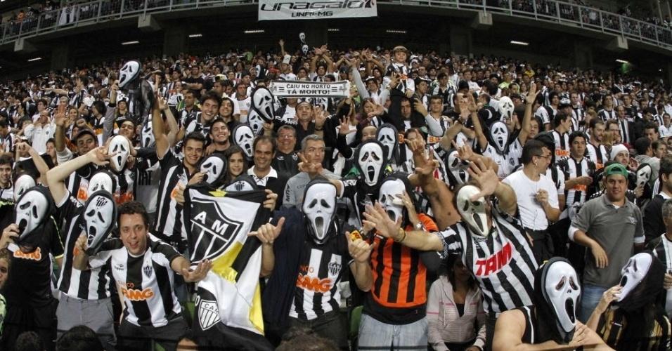 30/05/2013 - Torcida do Atlético-MG lota as arquibancadas do Independência com máscaras do Pânico para o jogo entre Atlético-MG e Tijuana