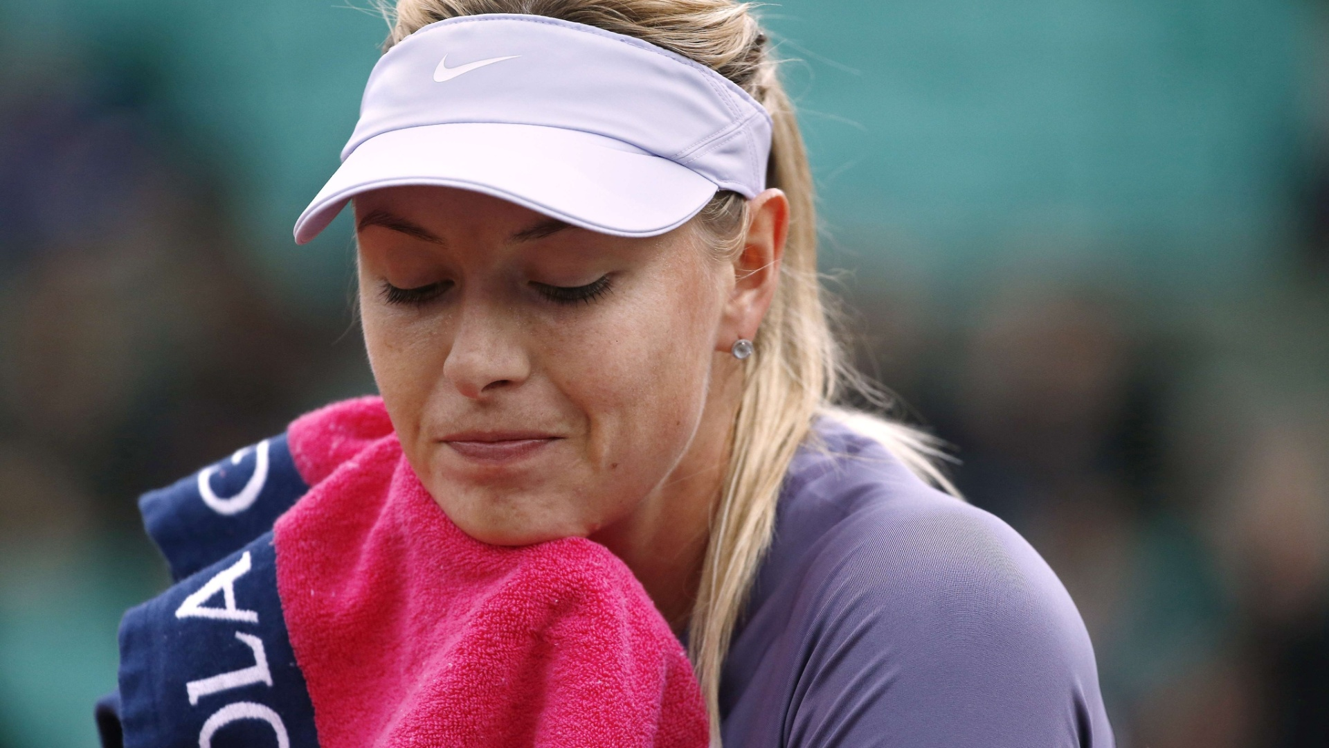 30.mai.2013 - Maria Sharapova enxuga o suro durante a partida contra Eugenie Bouchard pela 2ª rodada de Roland Garros