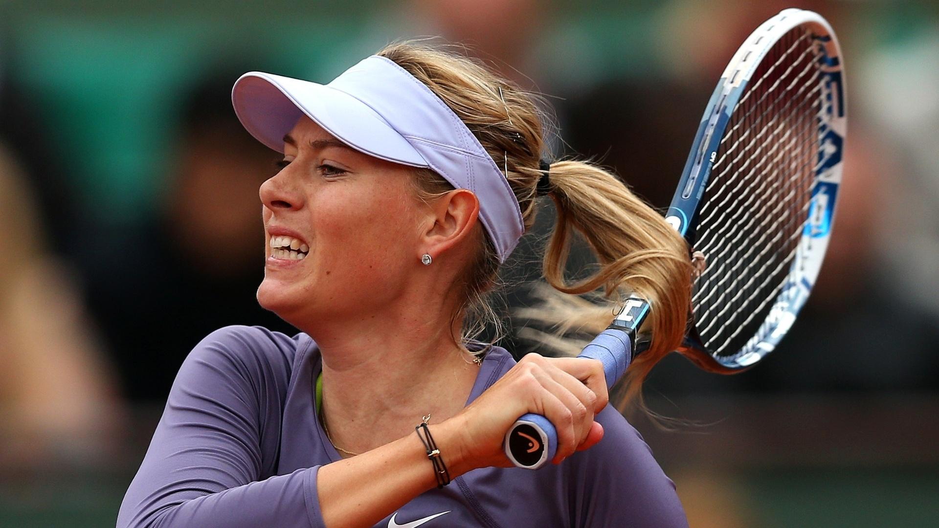 30.mai.2013 - Maria Sharapova rebate a bolinha durante o jogo contra Eugenie Bouchard pela 2ª rodada de Roland Garros
