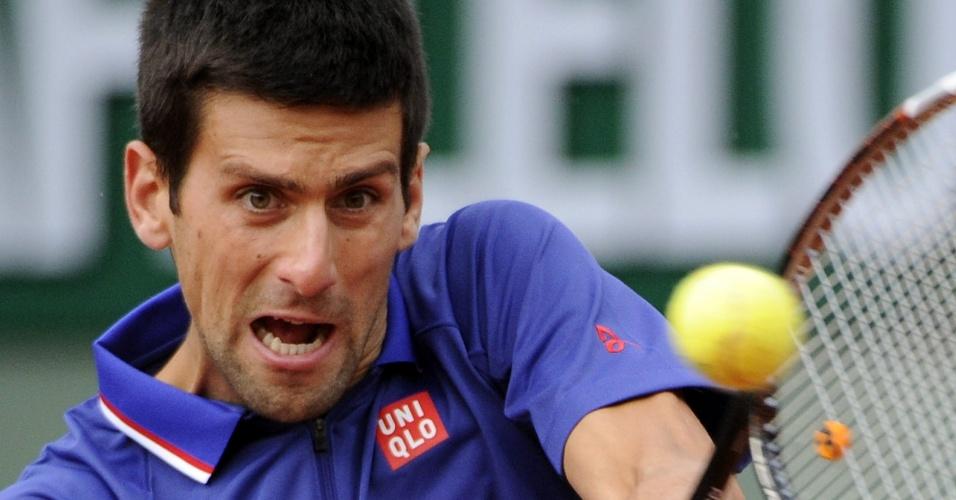 30.mai.2013 - Novak Djokovic rebate a bolinha durante a partida contra Guido Pella pela 2ª rodada de Roland Garros