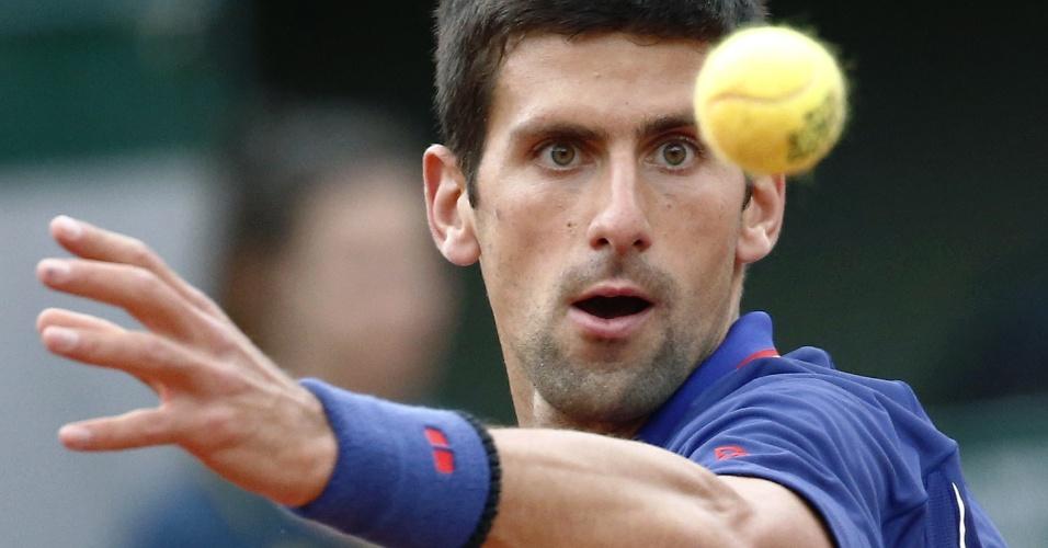 30.mai.2013 - Novak Djokovic se concentra para rebater a bolinha durante o jogo contra Guido Pella pela 2ª rodada de Roland Garros