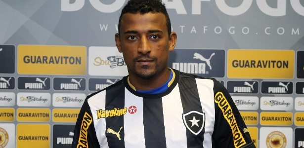 Reforço para o Brasileiro, atacante Elias é apresentado no Botafogo