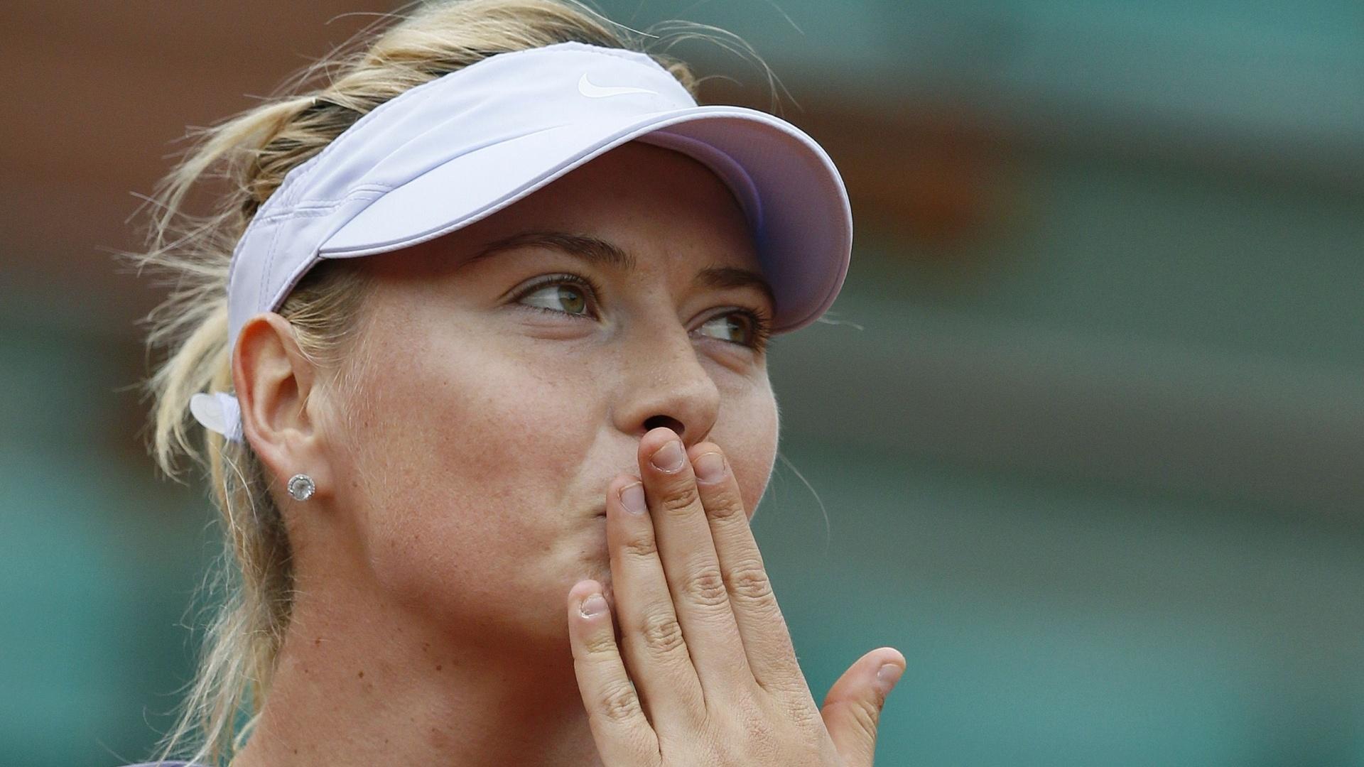 31.mai.2013 - Maria Sharapova manda beijinhos para a torcida após derrotar Eugenie Bouchard pela 2ª rodada de Roland Garros
