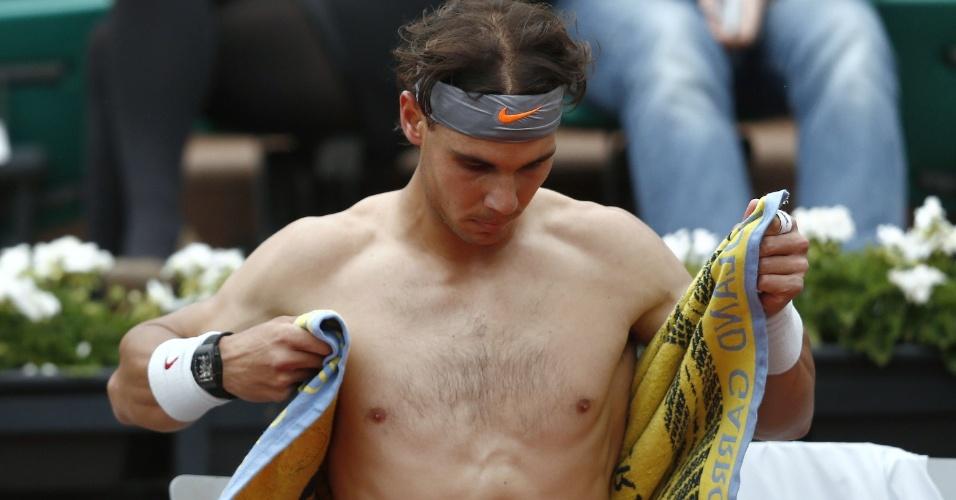 31.mai.2013 - Sem camisa, Rafael Nadal descansa durante a partida contra Martin Klizan pela 2ª rodada de Roland Garros