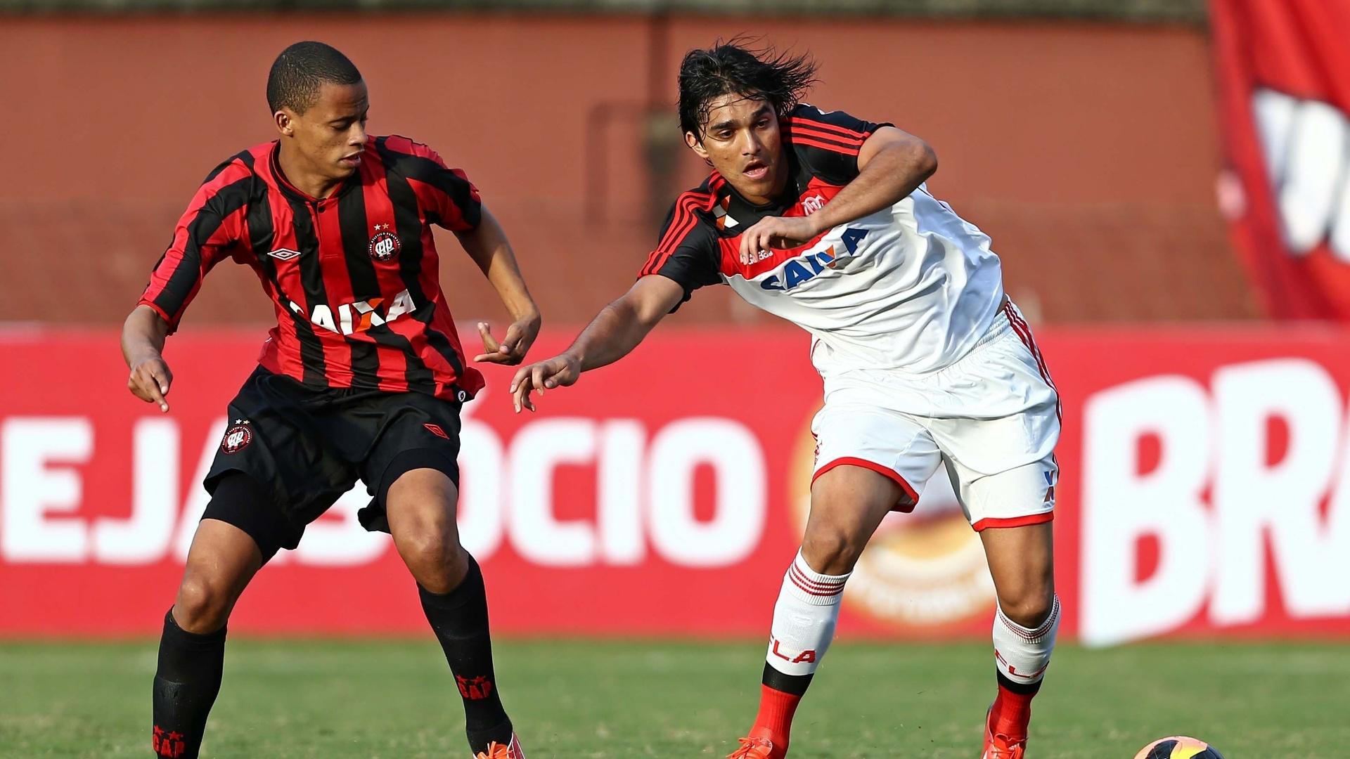 01.06.13 - Marcelo Moreno disputa bola na partida entre Flamengo e Atlético-PR pelo Campeonato Brasileiro