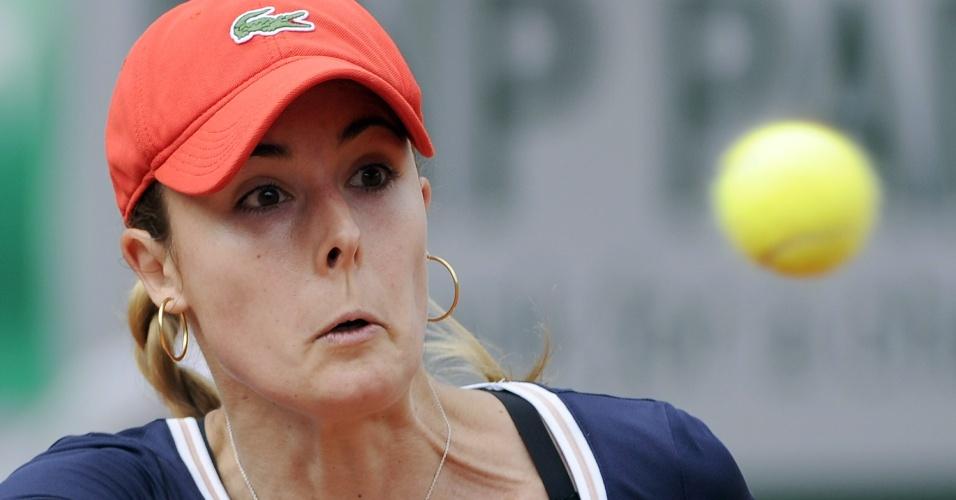 01.jun.2013 - Alize Cornet rebate a bolinha durante a partida contra Victoria Azarenka pela 3ª rodada de Roland Garros