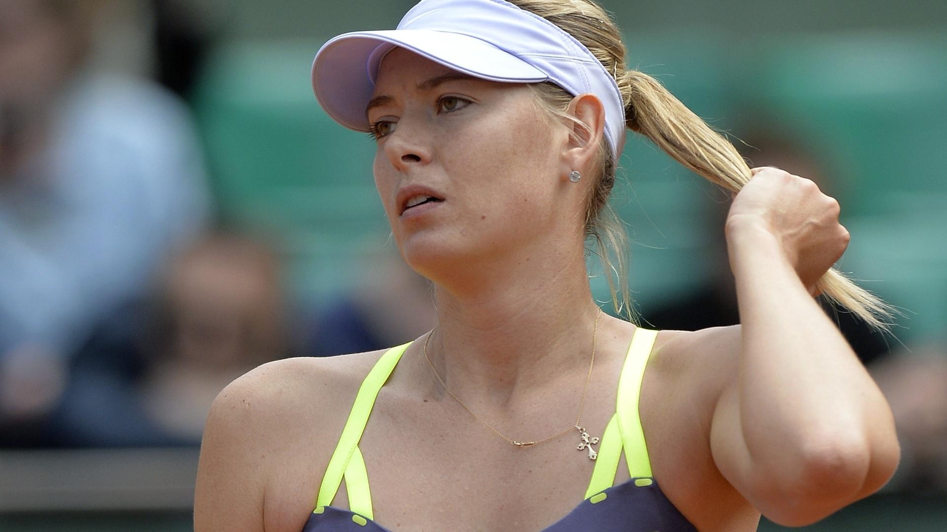 01.jun.2013 - Maria Sharapova ajeita o cabelo durante jogo contra Jie Zheng pela 3ª rodada de Roland Garros