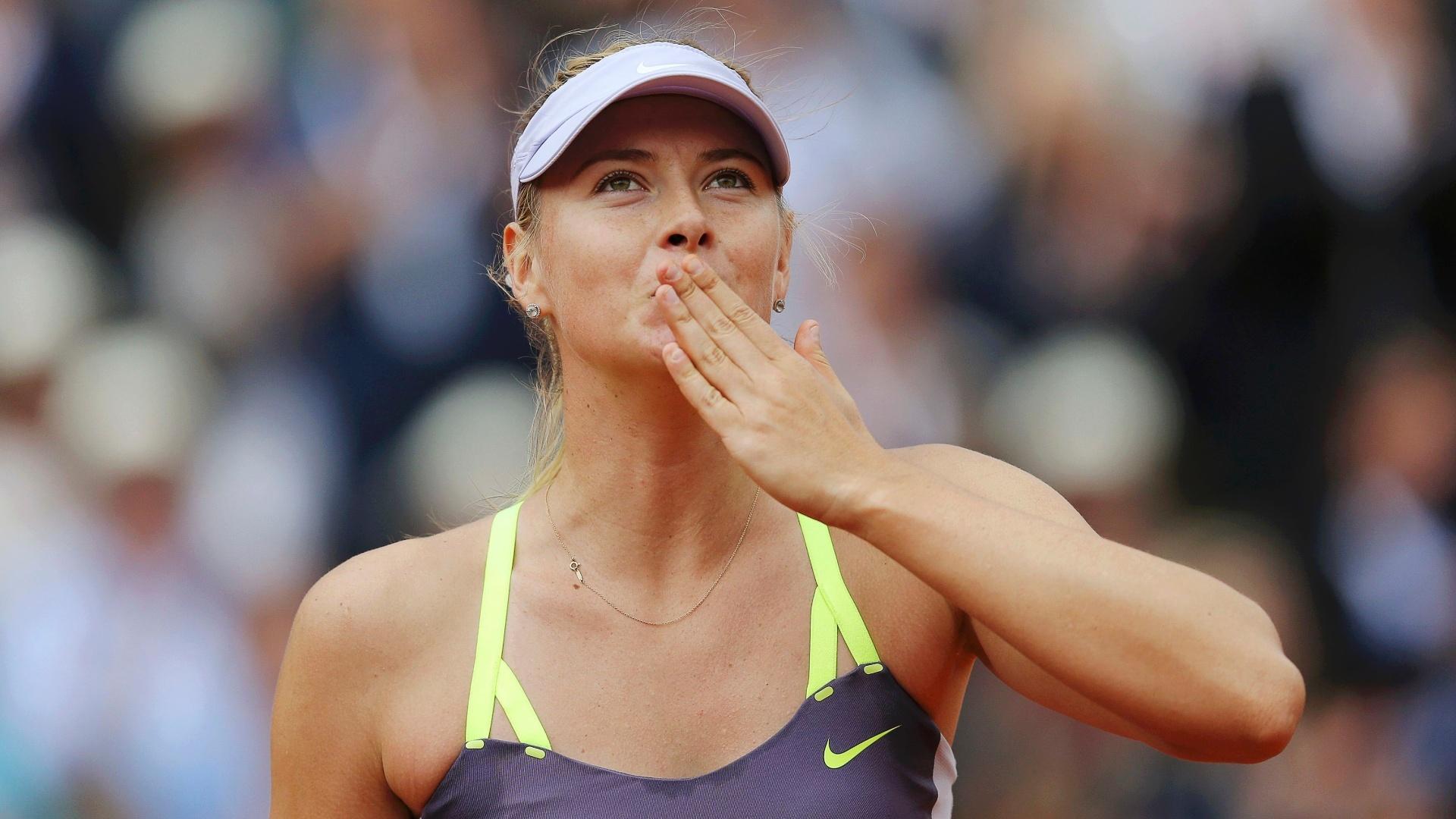 01.jun.2013 - Maria Sharapova manda beijos para a torcida após vencer Jie Zheng pela 3ª rodada de Roland Garros