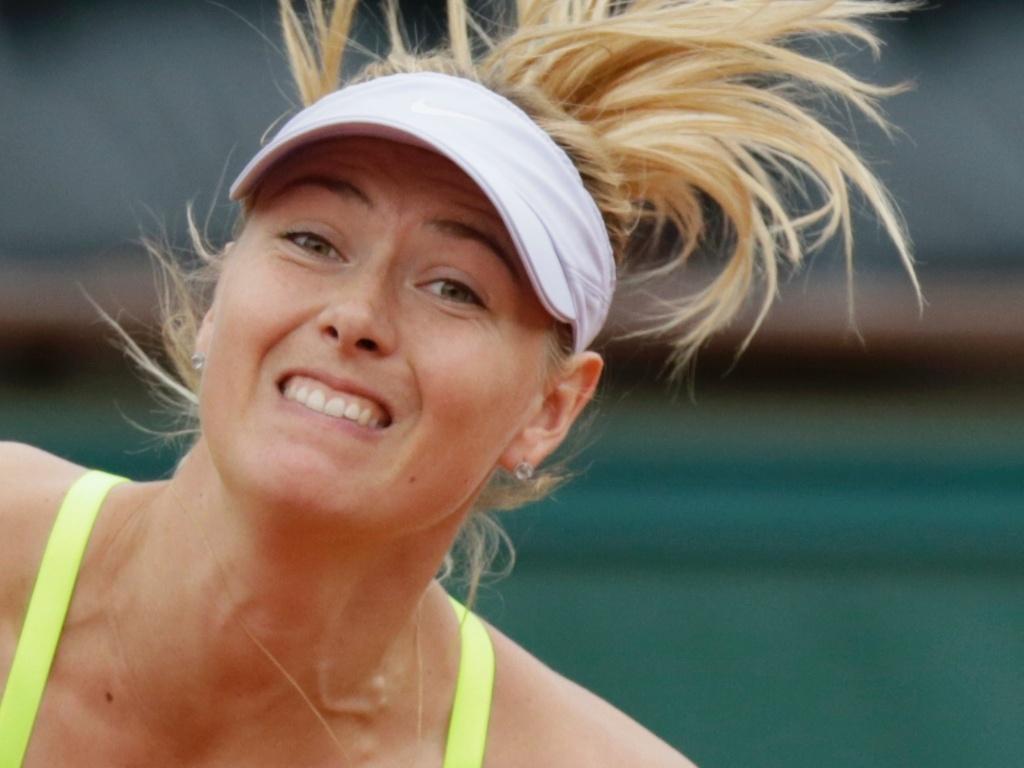 01.jun.2013 - Maria Sharapova saca durante a partida contra Jie Zheng pela 3ª rodada de Roland Garros