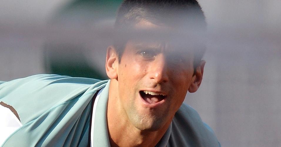 01.jun.2013 - Novak Djokovic observa jogada contra Grigor Dimitrov pela 3ª rodada de Roland Garros